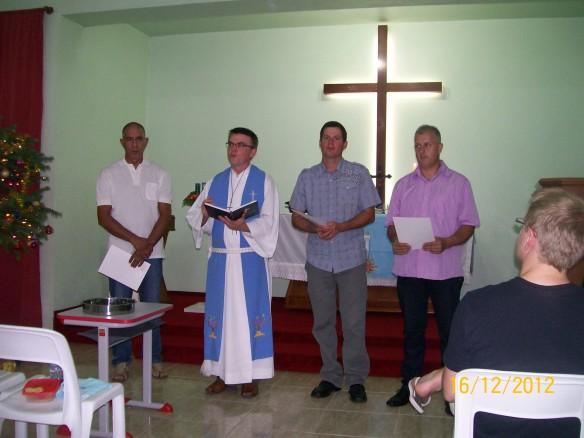 Pastor Marcos pediu para a congregação reconhecer Valdir, Márcio e Alexandre como novos membros.